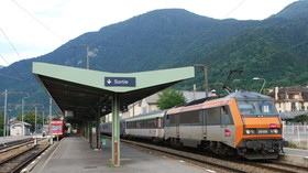 Au Fayet, une Sybic (BB 26000) assure un train Corail.