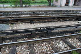 Supports de rail conducteur anciens aux Tines.