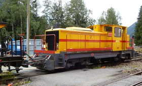 Le locotracteur Deutz des travaux de 2012, attelé à un train de ballast.