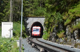 Une rame Z 870 sort du tunnel de Belle-Combe, long de 127 m, côté Vallorcine.